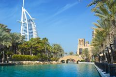 DUBAI FÖRENADE ARABEMIRATEN - SEPTEMBER 10, 2018: - Burj Alarab Souq Madinat Jumeirah royaltyfria bilder
