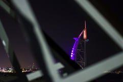DUBAI FÖRENADE ARABEMIRATEN, UAE - JANUARI 19, 2018 Dubai Burj Al Arab på natten, för stjärnahotell för lyx 7 härlig byggnad Fotografering för Bildbyråer