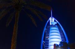 DUBAI FÖRENADE ARABEMIRATEN, UAE - JANUARI 19, 2018 Dubai Burj Al Arab på natten, för stjärnahotell för lyx 7 härlig byggnad Royaltyfria Bilder
