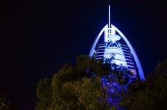 DUBAI FÖRENADE ARABEMIRATEN, UAE - JANUARI 19, 2018 Dubai Burj Al Arab på natten, för stjärnahotell för lyx 7 härlig byggnad Arkivfoton