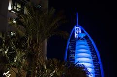 DUBAI FÖRENADE ARABEMIRATEN, UAE - JANUARI 19, 2018 Dubai Burj Al Arab på natten, för stjärnahotell för lyx 7 härlig byggnad Arkivbilder