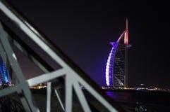 DUBAI FÖRENADE ARABEMIRATEN, UAE - JANUARI 19, 2018 Dubai Burj Al Arab på natten, för stjärnahotell för lyx 7 härlig byggnad Royaltyfri Bild