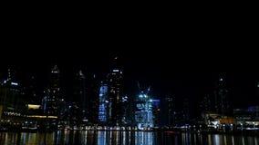 DUBAI FÖRENADE ARABEMIRATEN, UAE - NOVEMBER 20, 2017: Natt Dubai, ljus av nattstadsskyskrapor, skenen av arkivfilmer