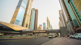 DUBAI-FINANZZENTRUM, VEREINIGTER ARABISCH-EMIRÄTE 28. FEBRUAR 2016: Beschäftigter Sheikh Zayed Road, Metroeisenbahn und modernes stock video footage