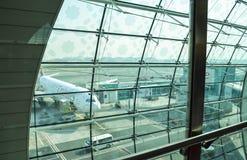 Dubai flygplats, UAE - Oktober 12, 2013: Dubai International flygplatsinre Royaltyfria Bilder