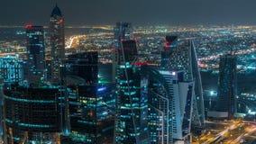Dubai-Geschäftsbuchttürme belichtet am Nacht-timelapse Dachspitzenansicht einiger Wolkenkratzer und neuer Türme darunter stock footage