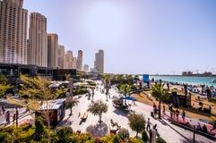 DUBAI - 11 12 2015 - Högstämd sikt av den nyligen öppnade Jumeirah strandbyn i Dubai Royaltyfria Bilder