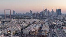 Dubai horisont efter solnedg?ng med h?rlig timelapse f?r centrumljus- och Sheikh Zayed v?gtrafik, Dubai, f?renade arabiskt lager videofilmer