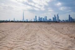 Dubai horisont från öknen Royaltyfria Bilder