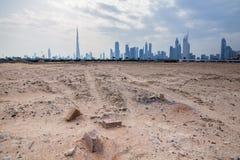 Dubai horisont från öknen Arkivfoton