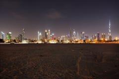 Dubai horisont från öknen Royaltyfri Foto