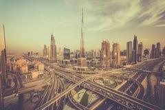 Dubai horisont med härlig it& x27 för stad nästan; mest upptagen huvudväg för s på trafik royaltyfria bilder