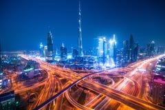 Dubai horisont med härlig it& x27 för stad nästan; mest upptagen huvudväg för s på trafik royaltyfri bild