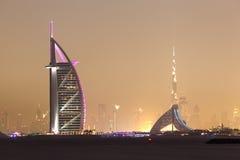 Dubai horisont på natten Arkivfoton