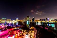 Dubai horisont på nattetid arkivfoton