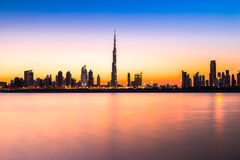 Dubai horisont på skymning, UAE Arkivfoto