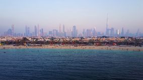 Dubai horisontsikt från kust eller stranden med stadslandskap och skyskrapor med Burj Khalifa bakgrund Fantastisk antenn Fotografering för Bildbyråer