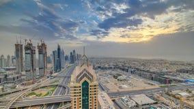 Dubai horisonttimelapse på solnedgången med härlig centrumskyskrapa- och Sheikh Zayed vägtrafik, Dubai som förenas lager videofilmer