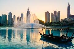 Dubai I sommaren av 2016 Arabisk Dhow på bakgrunden av den sjungande springbrunnen i den Dubai gallerian royaltyfria foton