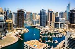 Dubai I sommaren av 2016 Konstruktion av moderna skyskrapor i den Dubai marina på kusten av den arabiska golfen arkivbild