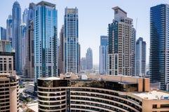Dubai I sommaren av 2016 Konstruktion av moderna skyskrapor i den Dubai marina på kusten av den arabiska golfen arkivbilder