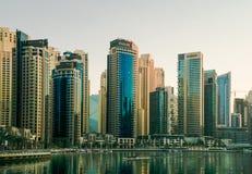 Dubai I sommaren av 2016 Konstruktion av moderna skyskrapor i den Dubai marina på kusten av den arabiska golfen arkivfoto