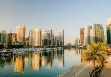 Dubai I sommaren av 2016 Konstruktion av moderna skyskrapor i den Dubai marina på kusten av den arabiska golfen royaltyfri bild