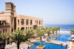 Dubai I sommaren av 2016 Modernt hotell som bygger Sheraton Sharjah Beach Resort Spa i en grön oas på kusten av araben Arkivbilder