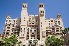Dubai I sommaren av 2016 Modernt hotell som bygger Sheraton Sharjah Beach Resort Spa i en grön oas på kusten av araben Arkivbild