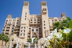 Dubai I sommaren av 2016 Modernt hotell som bygger Sheraton Sharjah Beach Resort Spa i en grön oas på kusten av araben Royaltyfri Bild