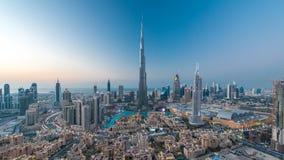 Dubai i stadens centrum dag till natttimelapsesikten uppifrån i Dubai, Förenade Arabemiraten