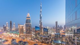 Dubai i stadens centrum horisontdag till natttimelapse med trafik för mest högväxt byggnad och Sheikh Zayed väg, UAE arkivfilmer