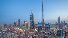 Dubai i stadens centrum horisontdag till natttimelapse med trafik för mest högväxt byggnad och Sheikh Zayed väg, UAE stock video