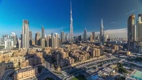 Dubai i stadens centrum horisonttimelapse med Burj Khalifa och andra torn under paniramic sikt för soluppgång uppifrån i Dubai lager videofilmer