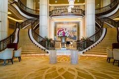 dubai Im Sommer von 2016 Moderne und helle Innenmarmordekoration im Hotel St. Regis Abu Dhabi Corniche Stockbilder