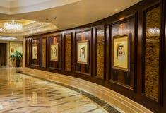 dubai Im Sommer von 2016 Moderne und helle Innenmarmordekoration im Hotel St. Regis Abu Dhabi Corniche Lizenzfreie Stockfotos