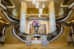 dubai Im Sommer von 2016 Moderne und helle Innenmarmordekoration im Hotel St. Regis Abu Dhabi Corniche Lizenzfreies Stockfoto