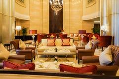 dubai Im Sommer von 2016 Moderne und helle Innenmarmordekoration im Hotel St. Regis Abu Dhabi Corniche Stockfotos