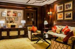 dubai Im Sommer von 2016 Moderne und helle Innenmarmordekoration im Hotel St. Regis Abu Dhabi Corniche Stockfotografie