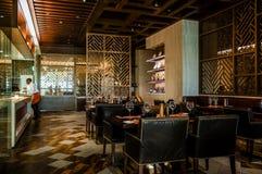 dubai Im Sommer von 2016 Moderner Marmorierunginnenraum in den dunklen Farben, in Fairmont-ajman Hotel Lizenzfreie Stockfotografie