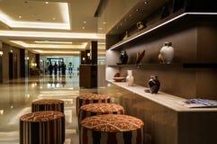 dubai Im Sommer von 2016 Moderner Marmorierunginnenraum in den dunklen Farben, in Fairmont-ajman Hotel Lizenzfreie Stockfotos