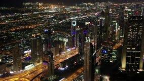 Dubai im Stadtzentrum gelegen nachts, Vereinigte Arabische Emirate stock video