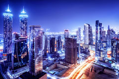 Dubai-im Stadtzentrum gelegene Nachtszene lizenzfreie stockbilder