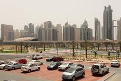 Dubai-im Stadtzentrum gelegenes Auto-Parken Lizenzfreie Stockfotos