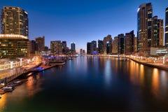 Dubai-Jachthafen an der blauen Stunde des schönen Sonnenuntergangs, Vereinigte Arabische Emirate stockbild