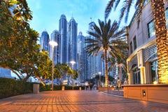Dubai-Jachthafen an der Dämmerung in Vereinigte Arabische Emirate stockbild