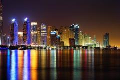 Dubai-Jachthafen, UAE an der Dämmerung, wie von der Palme Jumeirah gesehen Lizenzfreie Stockfotografie