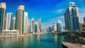 Dubai-Jachthafen unter blauem Himmel, mit Booten und Skylinen stock video footage