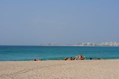 Dubai-Jachthafenstrand mit Atlantis auf der Rückseite Stockbild