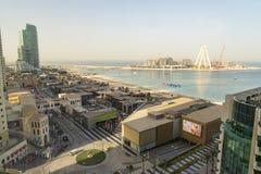 Dubai - 30. Januar: Draufsicht des Dubai-Jachthafeneinkaufszentrums, der Weg und die Baustelle von Dubai mustern Riesenrad am 30. Lizenzfreies Stockbild